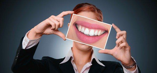 Schöne gerade Zähne sind das Ziel einer Überbissbehandlung